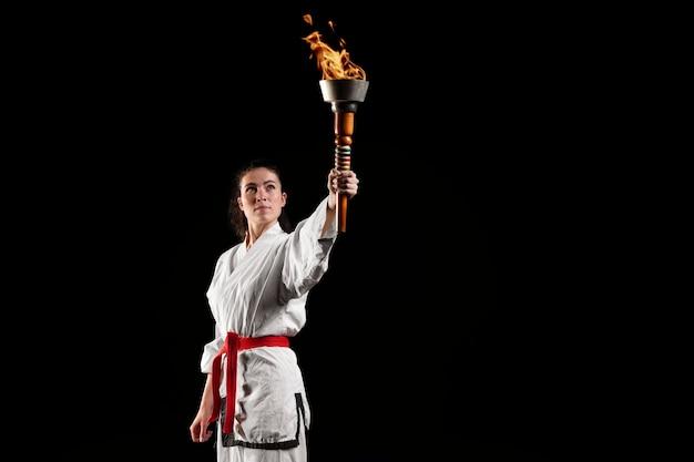 Vista frontale dell'atleta di karate con torcia
