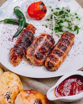 양파와 허브와 함께 구운 고추와 토마토와 전면보기 칸 케밥