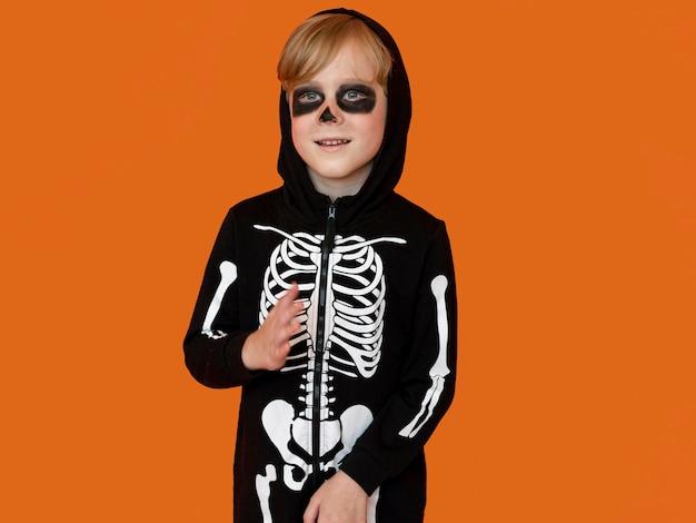 不気味なハロウィーンの衣装で正面の子供