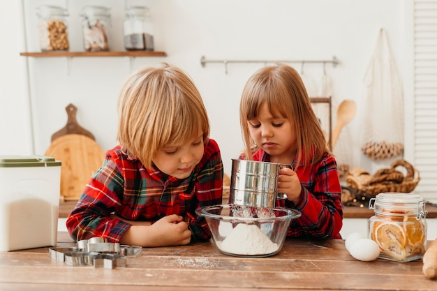 クリスマスの日に料理をする正面図の子供たち