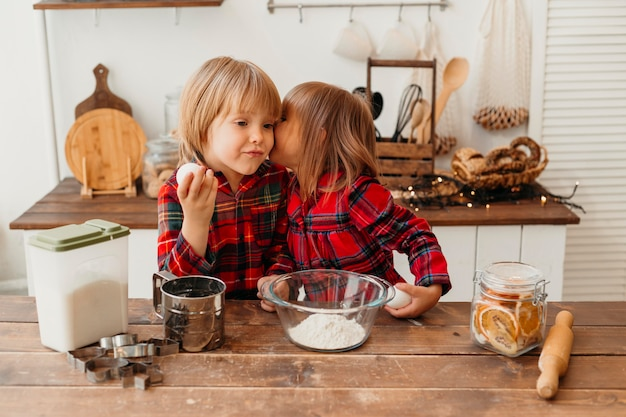 Вид спереди дети вместе готовят дома