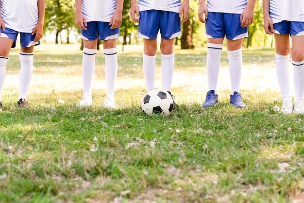 スポーツウェアの正面の子供の足