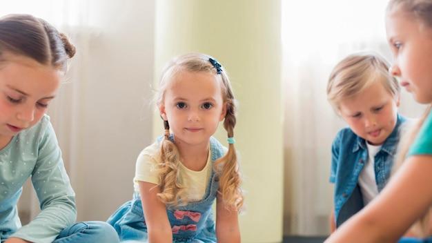 Вид спереди дети играют вместе в детском саду