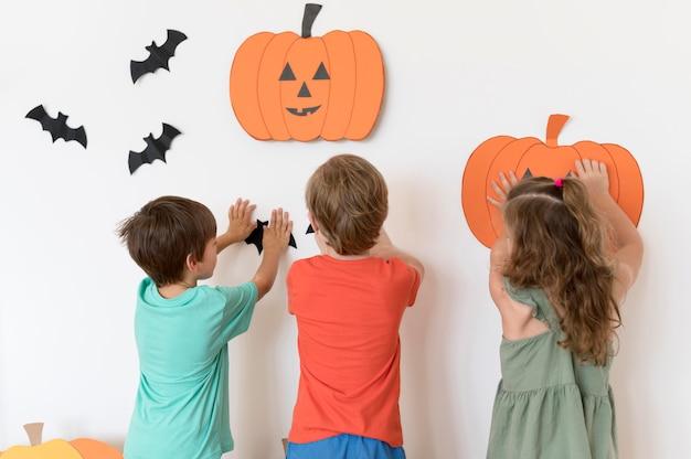 Vista frontale dei bambini con halloween conceptt