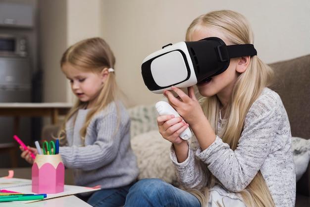 Vista frontale di bambini con occhiali vr