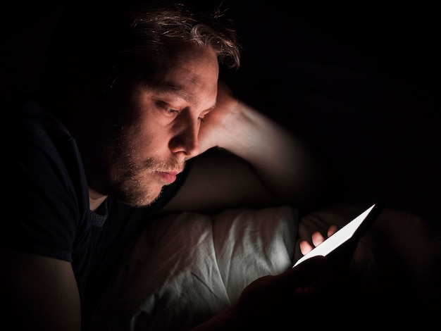 Vista frontale del concetto di cattiva abitudine sul telefono in ritardo
