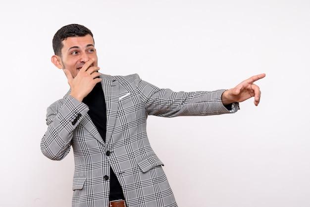Вид спереди смеющийся красивый мужчина в костюме, стоящий на белом изолированном фоне