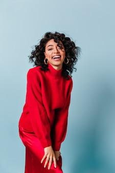 Vista frontale della donna che ride in maglione rosso