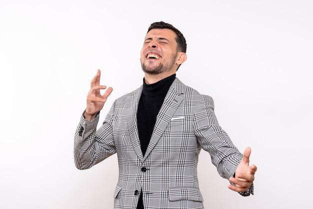 白い孤立した背景に立っているスーツでハンサムな男性を笑う正面図