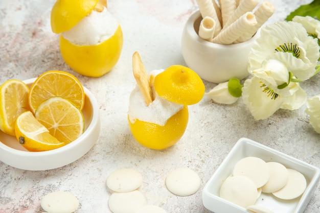 흰색 테이블 주스 감귤 칵테일에 비스킷과 함께 전면 보기 레몬 칵테일