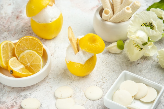 Cocktail al limone vista frontale con biscotti su cocktail di agrumi succo da tavola bianco