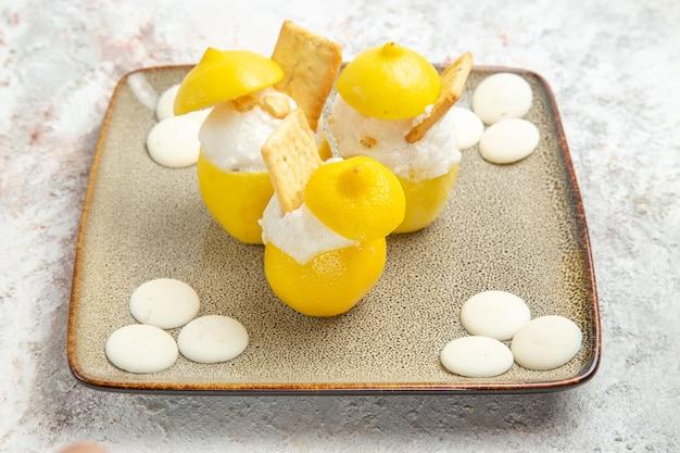흰색 테이블 감귤 주스 칵테일 과일에 사탕과 전면 보기 레몬 칵테일