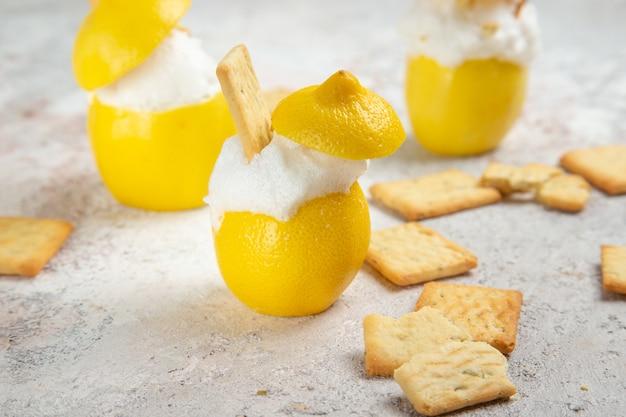 Вид спереди лимонные коктейли со льдом на белом столе лимонад коктейль из цитрусового сока