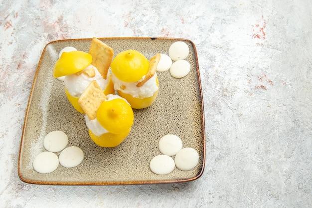 흰색 테이블 감귤 주스 칵테일에 흰색 사탕과 전면 보기 레몬 칵테일
