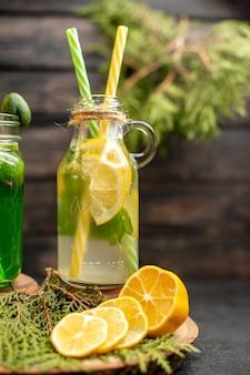 Лимонад, вид спереди с фейхоа и лимоном на деревянной доске, нарезанные лимоны на поверхности