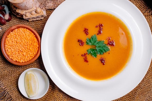 レモンのスライスと正面図レンズ豆のスープ