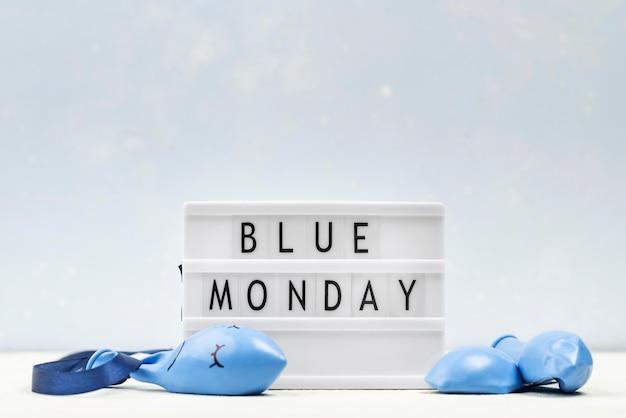 Vista frontale della scatola luminosa per il lunedì blu