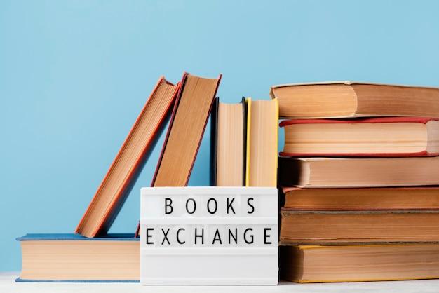 Vista frontale della scatola luminosa con una pila di libri