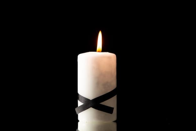 Vista frontale della candela accesa sul nero