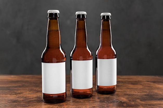 Linea vista frontale di bottiglie di birra