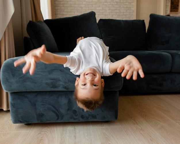 Вид спереди маленький мальчик весело дома