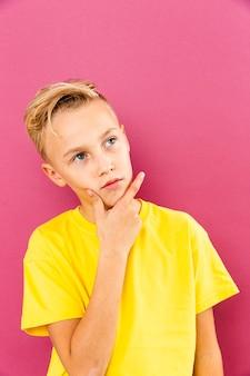Вид спереди маленький мальчик мышление поза