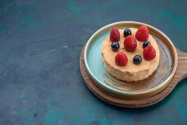 Маленький торт со свежей клубникой на темно-синем столе, вид спереди, выпечка сладкого пирога из сахарного теста