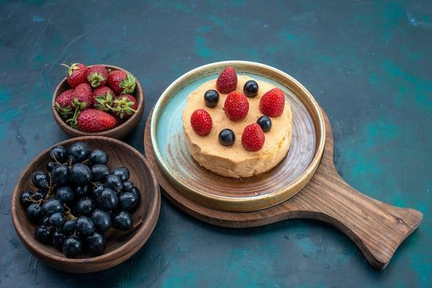 Вид спереди маленький торт со свежей клубникой на темно-синем столе фруктовый торт с ягодами испечь сладкий пирог из сахарного теста