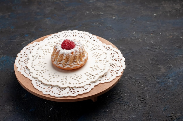 Вид спереди маленький торт с малиной на темной поверхности бисквитный торт сладкий