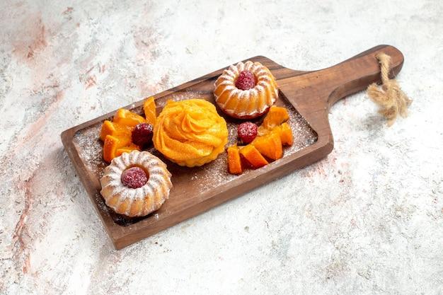 전면 보기 작은 케이크 흰색 배경에 과일과 함께 차를 위한 완벽한 디저트 차 파이 케이크 디저트 달콤한 쿠키