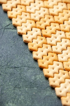 正面図暗い背景の小さなクラッカー鮮明な色のスナック塩パンドライラスク食品のcips