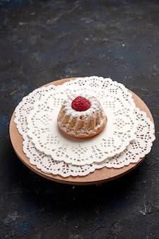 Вид спереди маленький кремовый торт с малиной на темном столе
