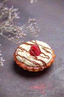 正面図暗い背景のお茶のための小さなクリーミーなケーキデザートビスケットシュガーケーキ甘いパイ