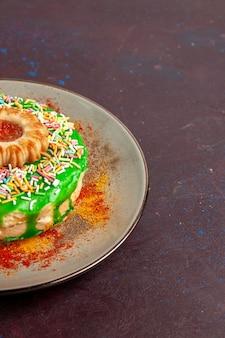 어두운 벽 쿠키 비스킷 달콤한 설탕 케이크 파이에 녹색 크림과 함께 전면보기 약간 맛있는 케이크