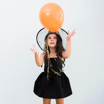 Вид спереди маленькая девочка в костюме ведьмы на хэллоуин Бесплатные Фотографии