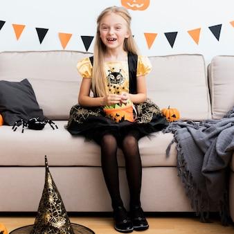 Вид спереди маленькая девочка в костюме ведьмы