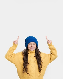 Вид спереди маленькая девочка, направленная вверх