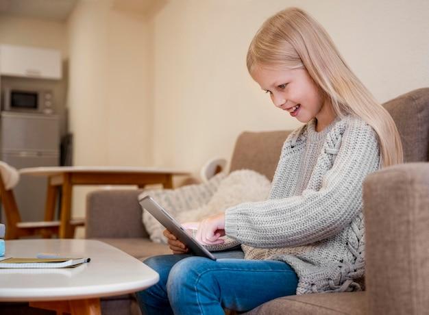 Vista frontale della bambina con il tablet