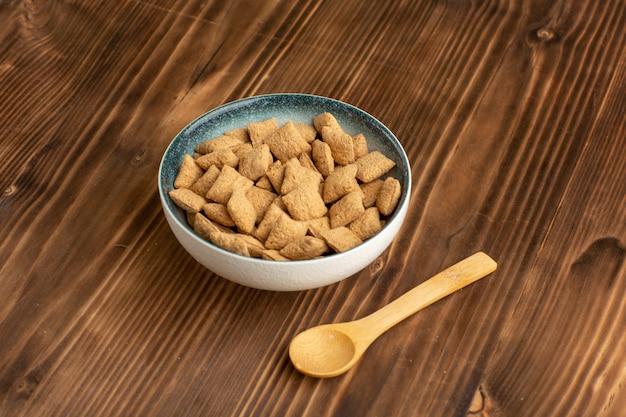 正面図茶色の机の上の小さな枕クッキー甘いクッキー