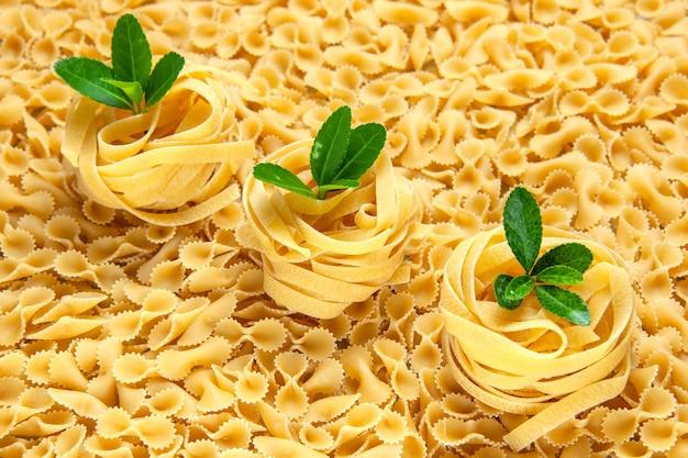 Вид спереди маленькие сырые макароны на свету много еды из теста фото еда