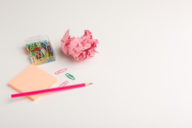 Vista frontale piccolo adesivo con matita su superficie bianca