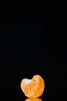 Vista frontale piccola fetta di mandarino sul muro nero bere albero di agrumi succo di frutta tenebre arancia pompelmo