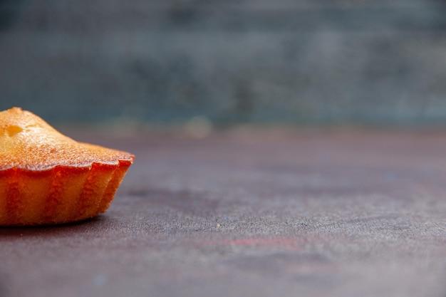 正面図暗い背景に小さなおいしいケーキパイビスケットケーキ甘いクッキーシュガーティー