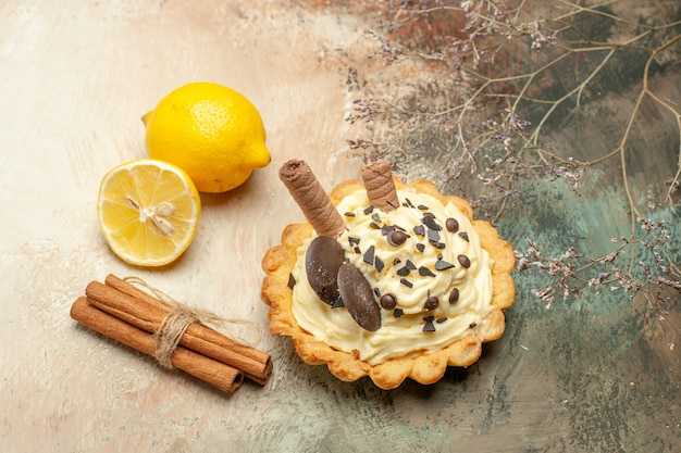 Vista frontale piccola torta gustosa con crema su sfondo chiaro