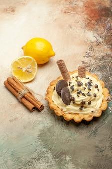 가벼운 책상에 크림과 함께 전면보기 작은 맛있는 케이크 달콤한 파이 디저트 케이크 무료 사진