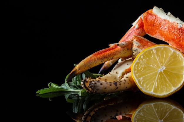 Вид спереди омаров и лимона на столе