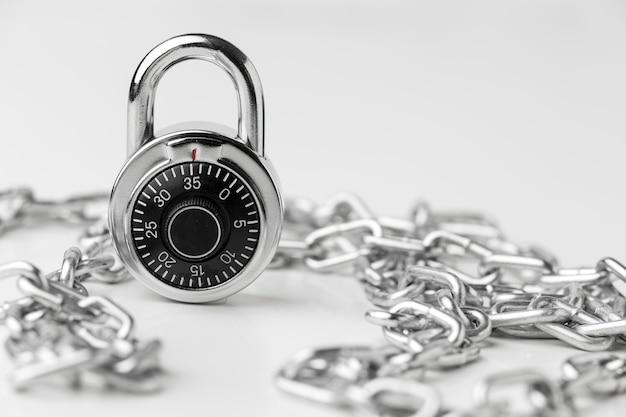Vista frontale della serratura con catena di metallo