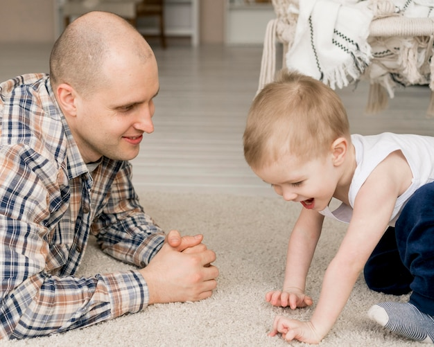 Vista frontale del padre e dei bambini adorabili