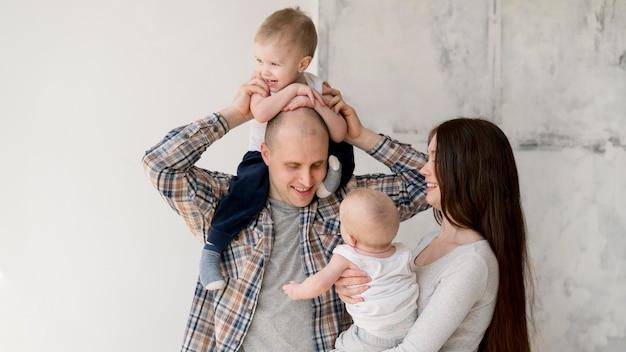 Vista frontale dei genitori adorabili con il loro bambino