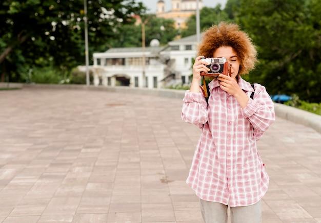 Вид спереди прекрасная женщина, делающая фото с копией пространства